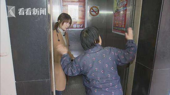 阿姨进电梯时摔跤半身在外 门还未关就开始上行