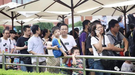 (2018年9月15日 上海海洋水族馆门前)