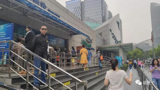 (2019年5月19日 上海海洋水族馆门前)