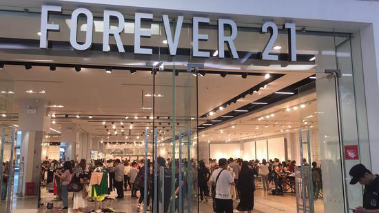 Forever 21北京西红门荟聚购物中心的抢购现场,人声鼎沸,货物摆放杂乱无章。新京报记者 周红艳/摄