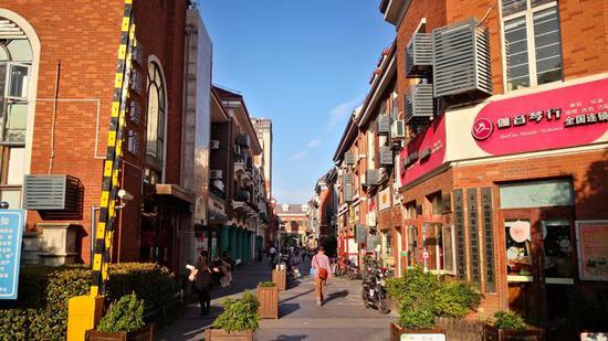 """提升改造后的三湘风情街,店招店牌""""舒服""""了许多"""