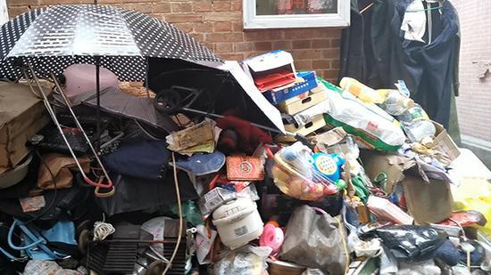 唐先生收集的废品从家里堆到弄堂。澎湃新闻记者 臧鸣 图