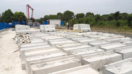 用来隔离不同作业区域的水泥墩