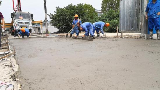 工人在平整水泥路面