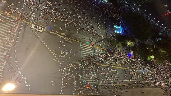 """上海警方首次启用三角形环岛""""雨刷式""""人流疏导措施"""