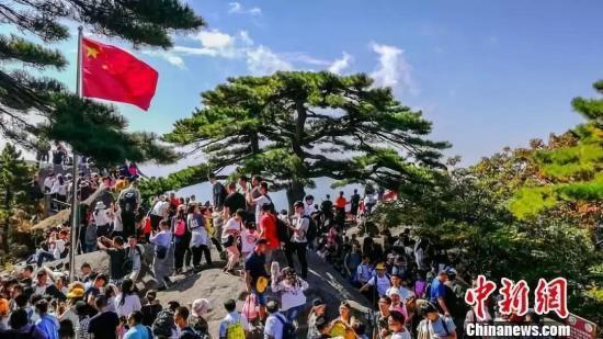 国庆假期,黄山玉屏楼景点游人如织。杨传琳 摄