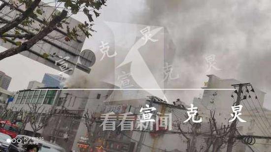 浦东潍坊路一餐厅起火不断有火光闪现 所幸无人员伤亡