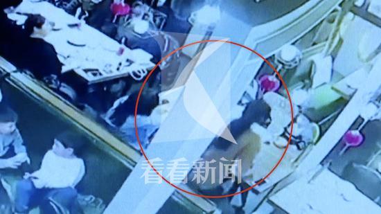 女子餐厅被从天而降老鼠砸中 头部被砸鼻子流血