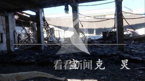 浦东新区一栋3层厂房半夜起火 房顶烧穿梁柱折断