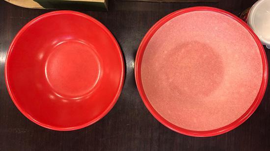 """该批次产品""""脱色试验""""不合格。在浸泡试验后,着色剂脱落,""""红碗""""(左)变成了""""白碗""""(右)。"""