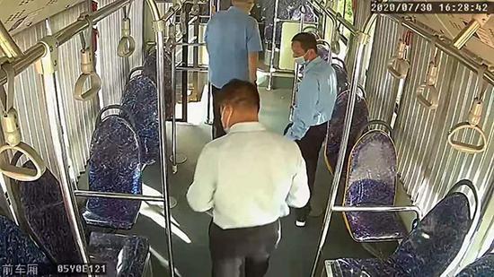 上海一女乘客公交上丢失金手镯 司机趴地查找终寻回
