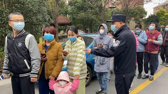 居民排队参加检测。