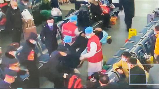 男子在火车站豪饮一瓶白酒后昏迷 民警紧急将送医脱险