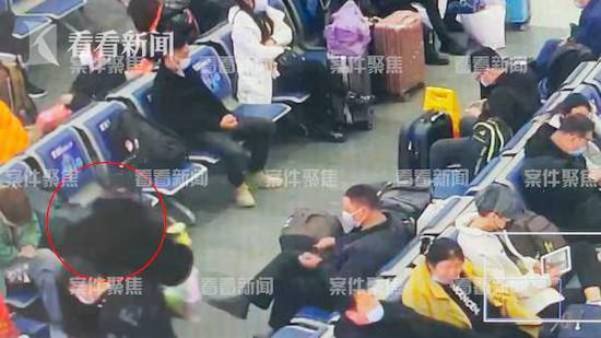 男子火车站狂饮一瓶白酒后直接昏迷 铁路民警及时送医
