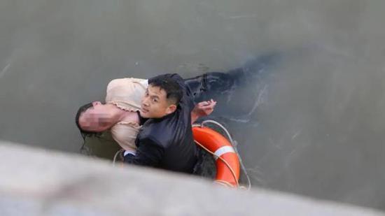 2月21日下午3时许,女子在上海外滩跳江,武警官兵接力下水5分钟将其救起。