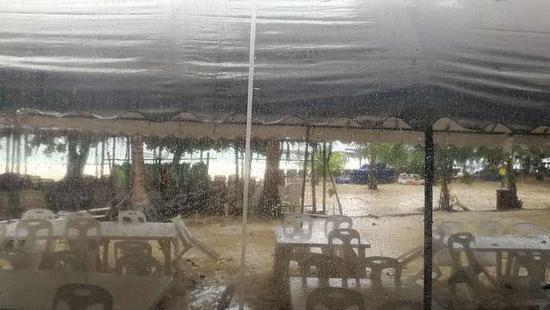 珊瑚岛上狂风暴雨的情况,部分椅子被吹倒。徐丽供图。