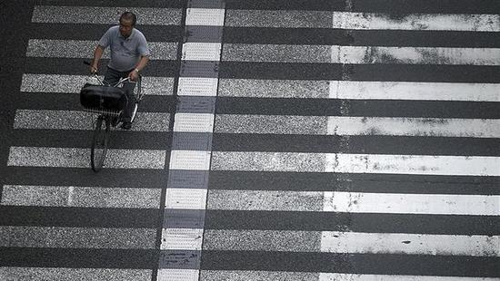 超速轿车撞闯红灯电动车 机动车经人行道超速担主责