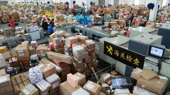 网传浦东机场严查代购一航班查出百人 上海海关回应