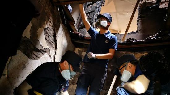上海火场福尔摩斯:24小时待命 废墟中找真相
