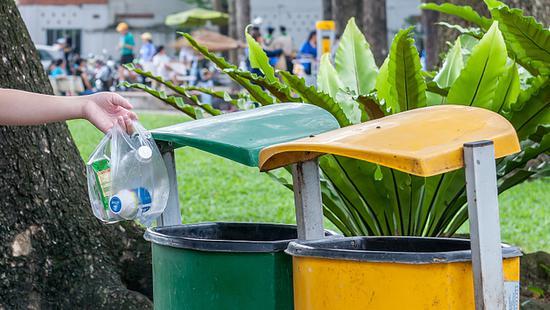 上海城管抽查生活垃圾分类情况 松江一小区吃罚单