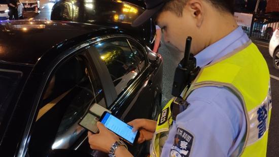 上海警方开展集中袭击整治行动 全警联动多点设卡临检