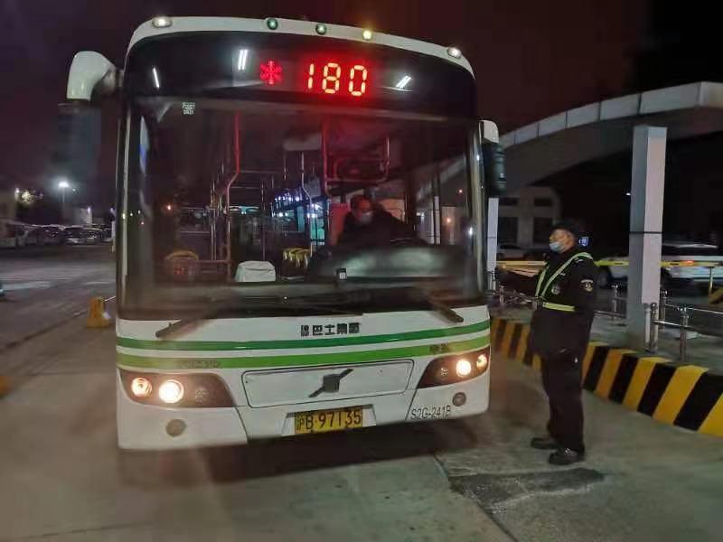 上海各大公交停车场人员加班加点 只为极冻天气准时发车