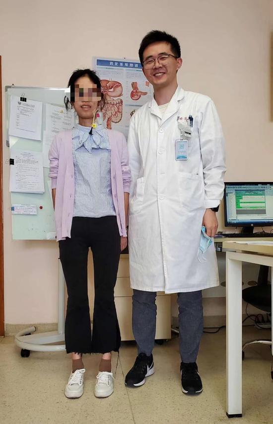 小玉(左)近日來上海市第十人民醫院隨訪觀察。