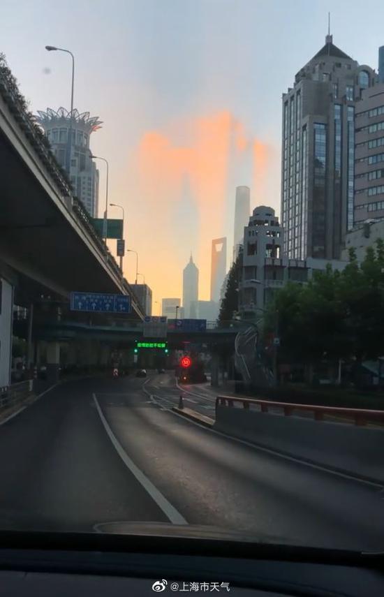 陆家嘴上空,上海中心、环球金融中心、金茂大厦等建筑的影子清晰可见。 本文图片均为@上海市天气 图