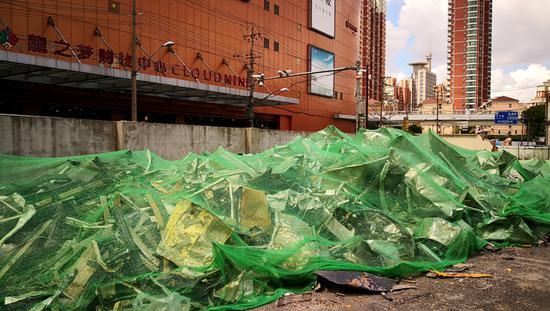 中山公园龙之梦北面建筑垃圾堆一年 始终无人清理