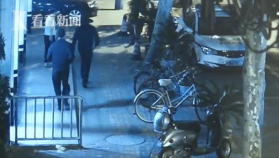 上海一年轻宝妈深夜赌气跳河 民警外卖小哥出手相救