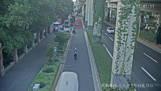 嫌疑人在路上放刀片监控画面 本文图片由 静安区检察院 供图