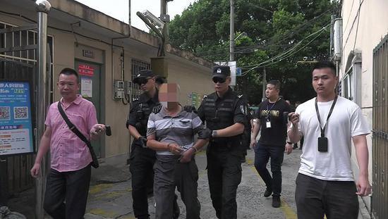 嫌疑人指认现场。图片来源:上海警方