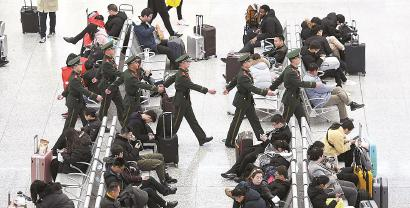 武警上海总队官兵坚守在春运一线 温暖大家旅途