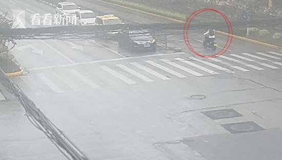 男子驾套牌摩托连闯6个红灯被扣63分 罚款7900元