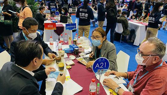 第三届进博会上正在进行贸易洽谈的企业。摄影:杨舒鸿吉
