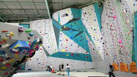 宝山区顽酷运动工厂里的攀岩区域。摄影:陈杨