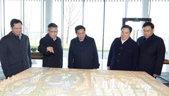 在奉贤区规划资源展示馆听取历史发展沿革和新城规划图景汇报