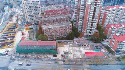 去年12月19日,主体建筑等待移位(箭头所指处是建筑原来的位置)。