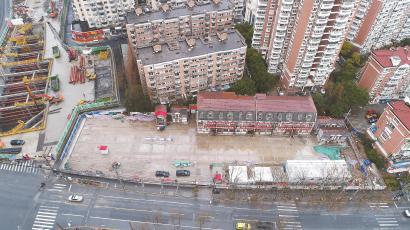 四幢房屋已移动到临时存放位置。