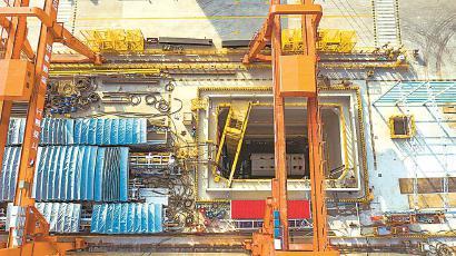 """""""长瀛号""""盾构机在长兴岛北工作井缓缓出洞。 (资料)"""