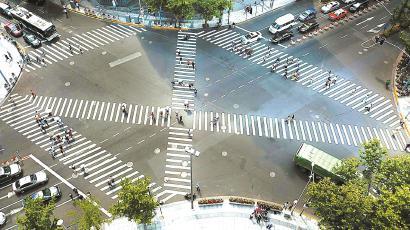 """试点""""全绿灯十字路口""""的常德路、南京西路路口通行有序。  (均 资料)"""
