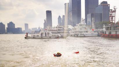 上海举行保进博水上安全联合演习 模拟船舶突发故障
