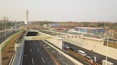 郊环隧道是首条连续穿越长江和黄浦江的公路隧道。(隧道股份<strong>澳门金沙体育投注</strong>隧道供图)