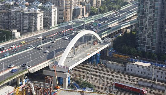 北横通道工程首座跨双铁桥梁着陆 向北平移104.7米