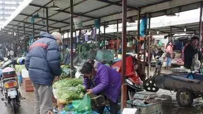 """曹安市场是上海城市菜篮子的""""摇篮"""",是许多人淘平价菜的""""低价洼地""""。"""