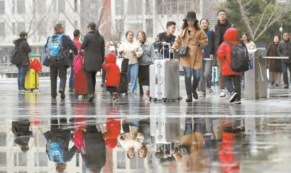 2月8日,春节长假临近尾声,铁路迎返程高峰。本报记者蒋迪雯摄