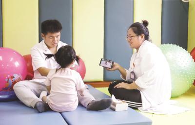 """很多孩子第一次服用""""聪明药"""",其实正是由父母提供的。并且,有些孩子并非""""坐不住、爱走神""""的多动儿,甚至是学业优异的""""好学生""""。所以,孩子到底有没有生病、该不该吃药,需要医生的专业鉴定。本报记者袁婧摄"""