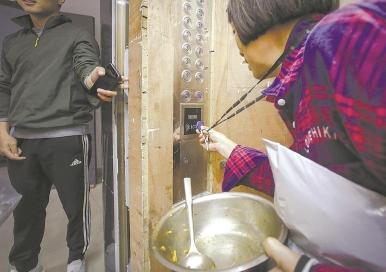 居民乘电梯要刷卡收费 每次上下楼收费一毛五引不满