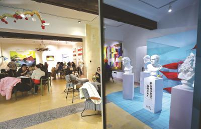 """曾经的老邮局被重新装修成了""""愚园百货公司"""",如今的愚园路1018号变身成为一个潮流生活方式集合店。一楼的咖啡吧区域,能看到各式复古装置和创意元素。本报记者袁婧摄"""