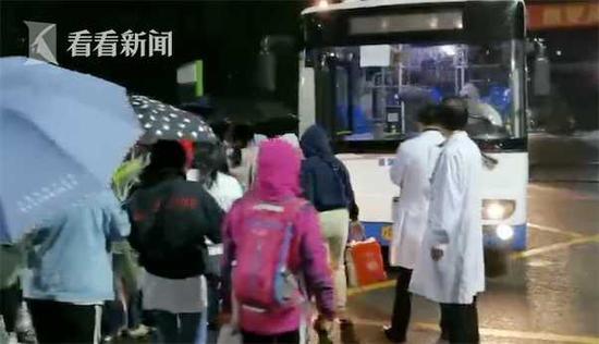 浦东医院换防转移医护人员近千人